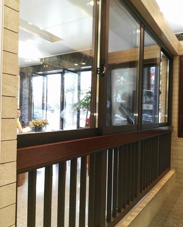 最新带护栏落地窗              长沙蓝光品牌门窗厂